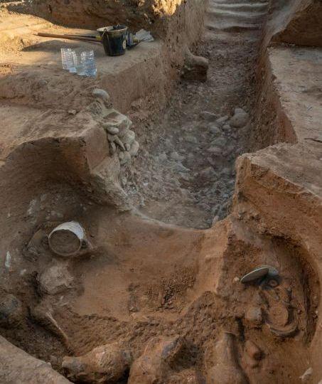 Vue d ensemble de la fouille d une tombe étrusque du site archéologique d'Aleria au lieu-dit Lamajone en Corse