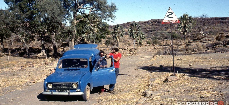 Un couple avec sa Renault 4 dite 4L au Mali en 1982 - région de Hombori - photo Andre Abbe