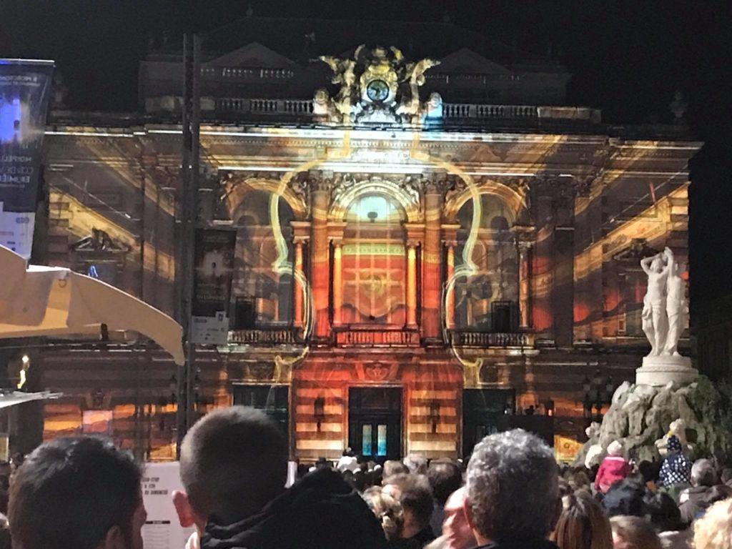 Projection sur l'opéra comédie pendant la fête des lumières à Montpellier, avec la fontaine des 3 grâces au 1er plan