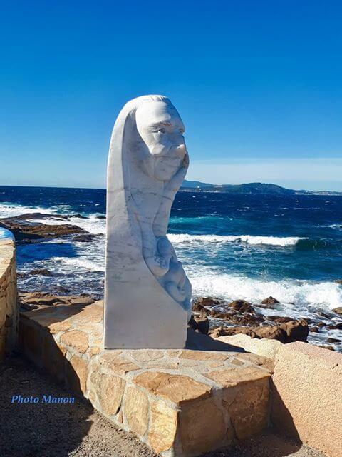 Stèle en bord de mer aux Oursinières au Pradet près de Toulon dans le Var