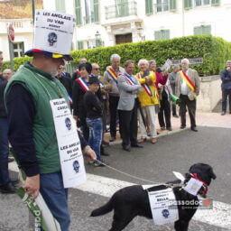 Etrangers du Var - un anglais avec son chien devant la mairie - photo André Abbe